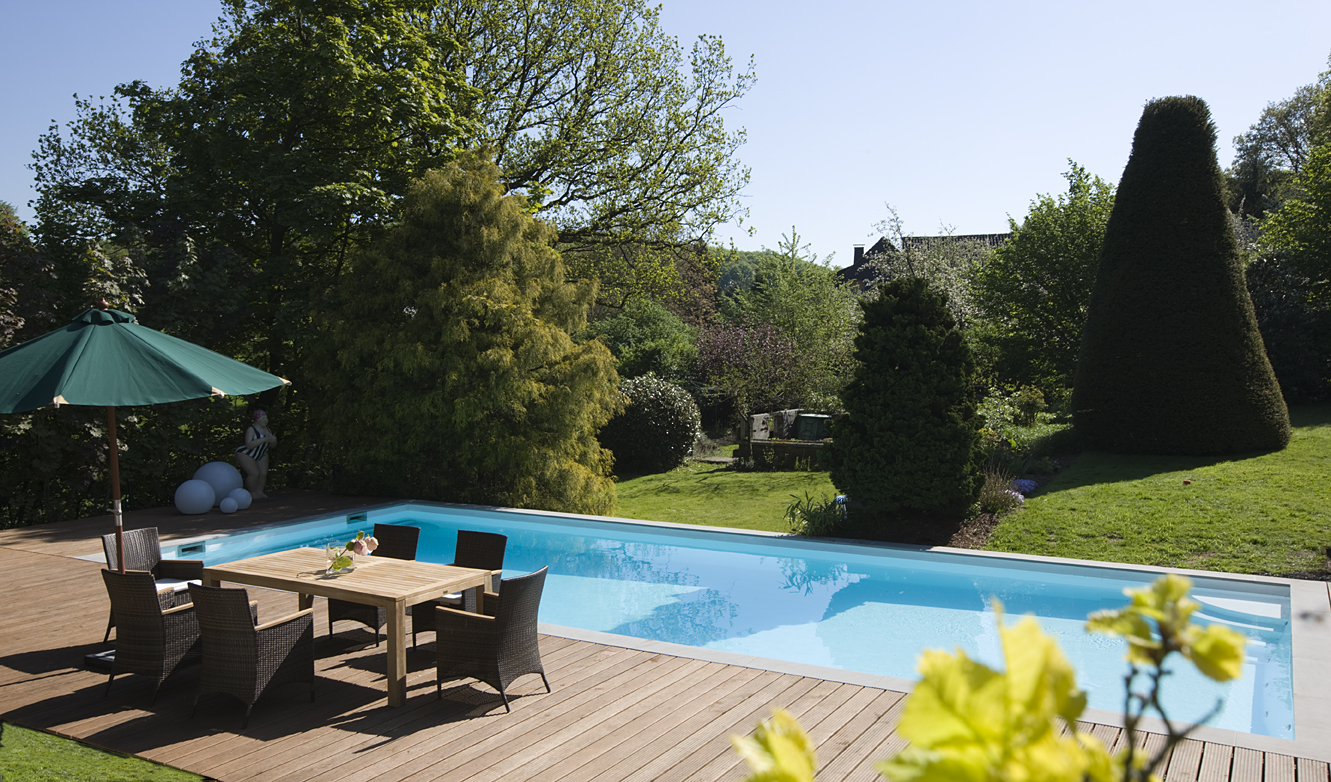 Pool inmitten Terasse und Garten in Mühlheim