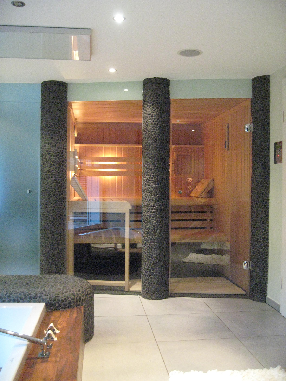 Außenansicht einer Sauna mit Glastüren in Düsseldorf
