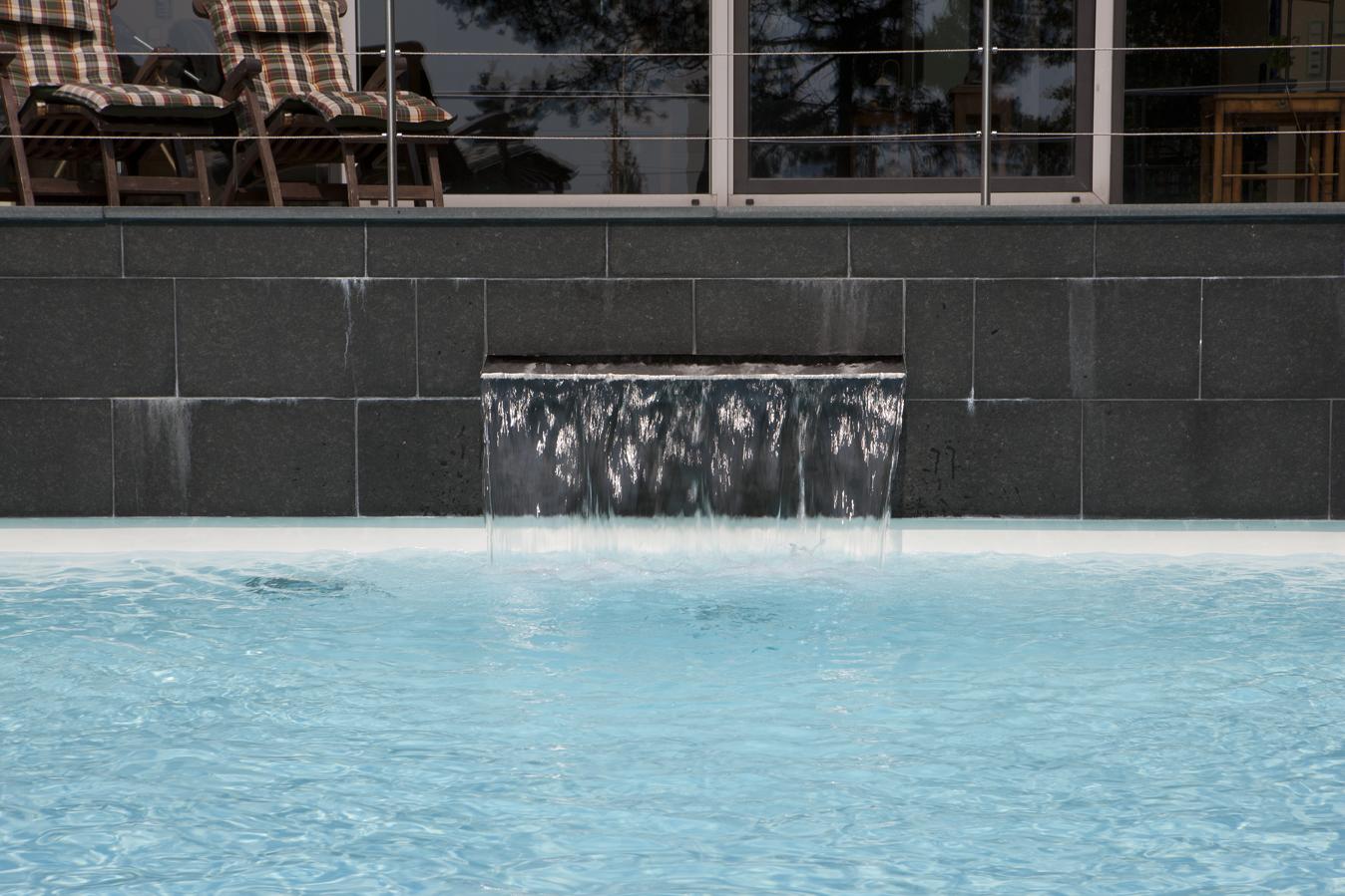 Wasserspeier in der Wand eines Schwimmbads in Düsseldorf