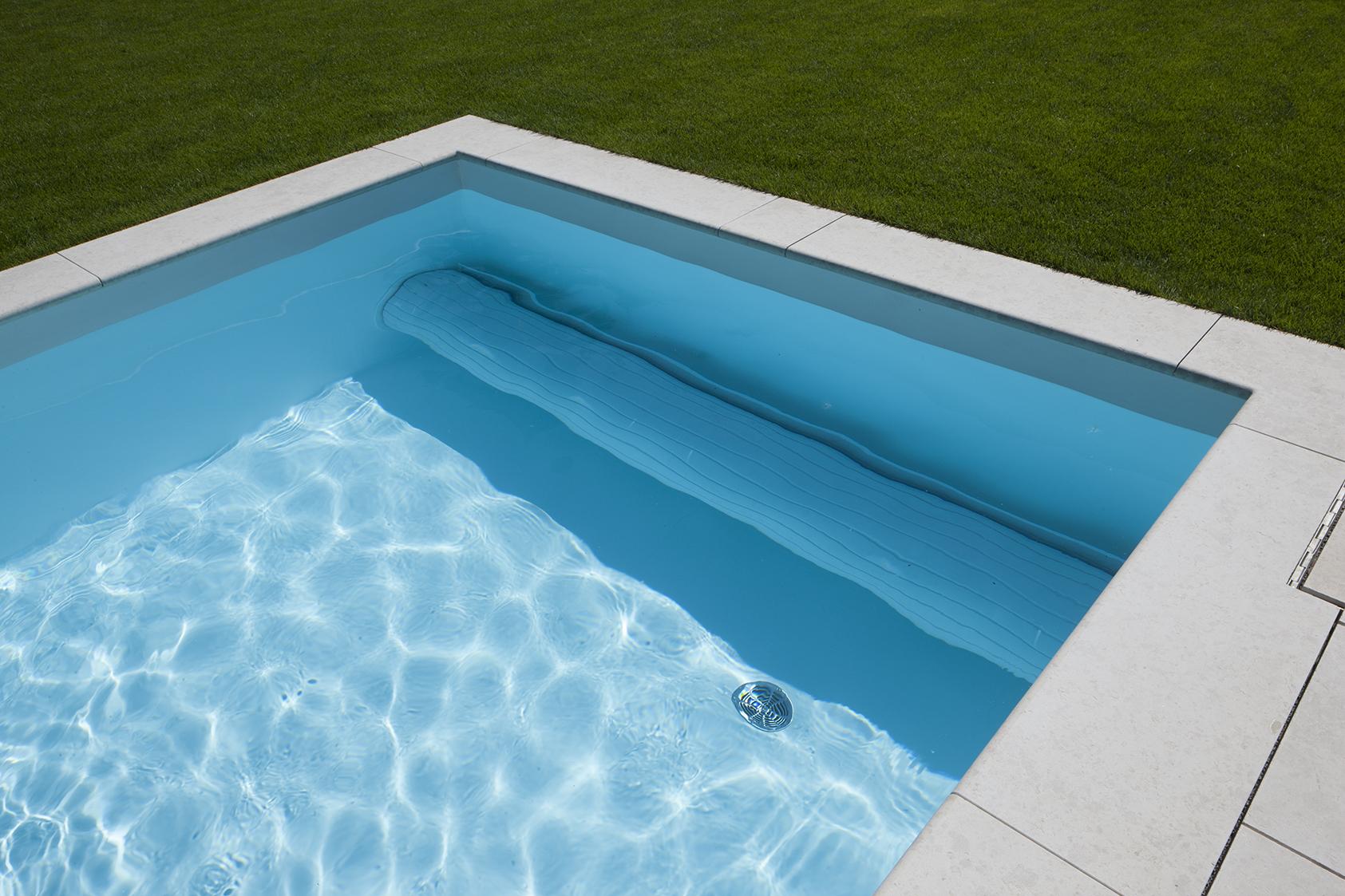Pool Abdeckung im Wasser