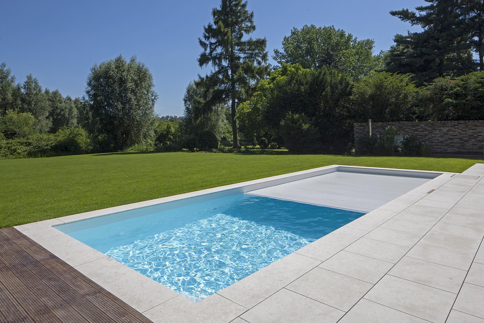 Schwimmbecken im Garten mit Abdeckung