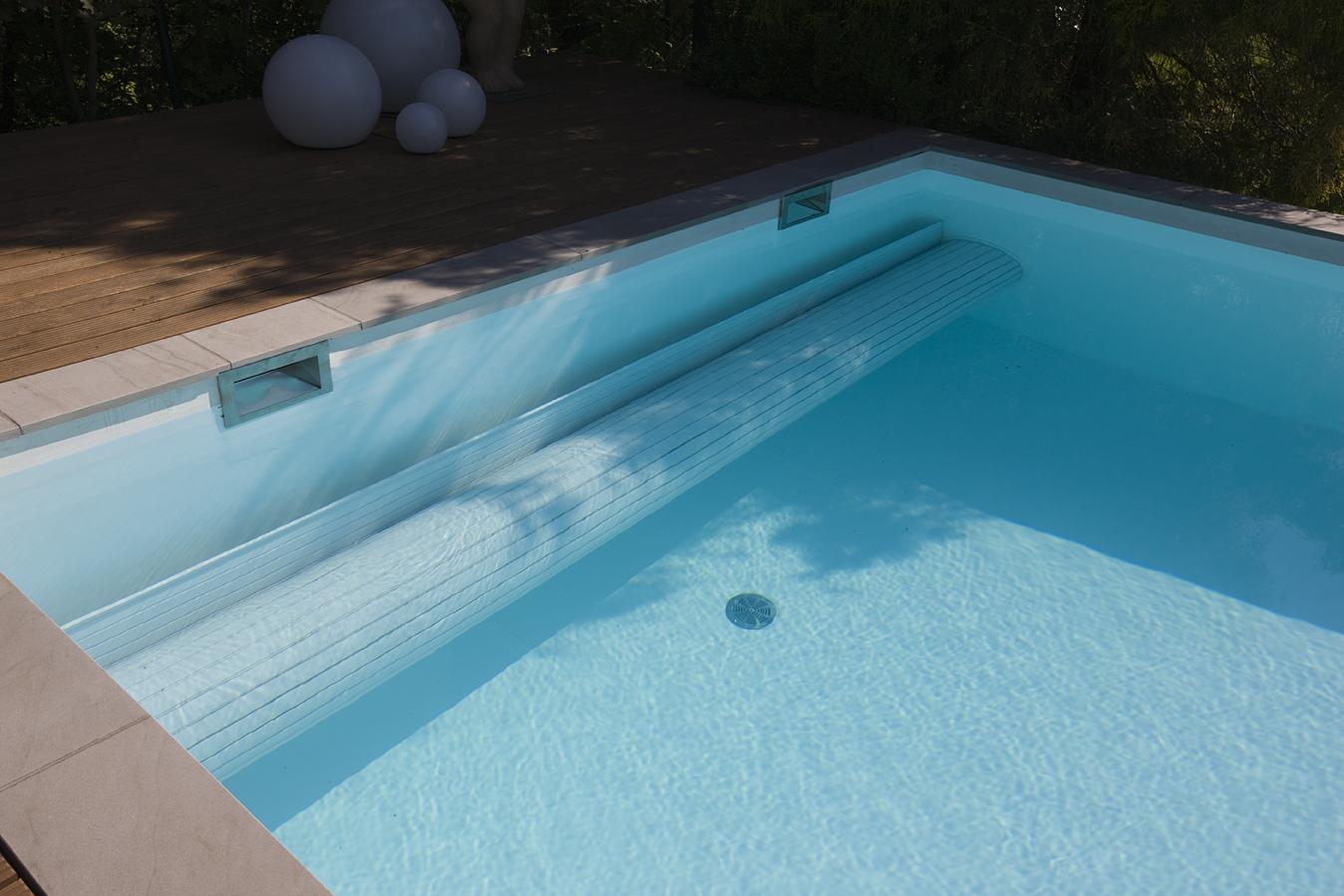 Schwimmbad Abdeckung im Wasser