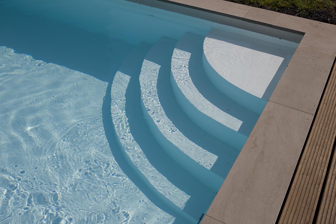 Treppenstufen, die in ein Schwimmbecken führen