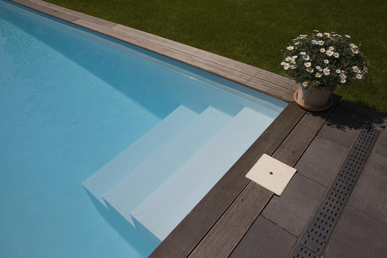 Treppen, die in einen Pool in Mühlheim führen