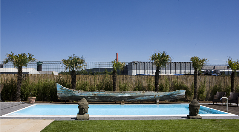 Pool mit Holzboot in Düsseldorf