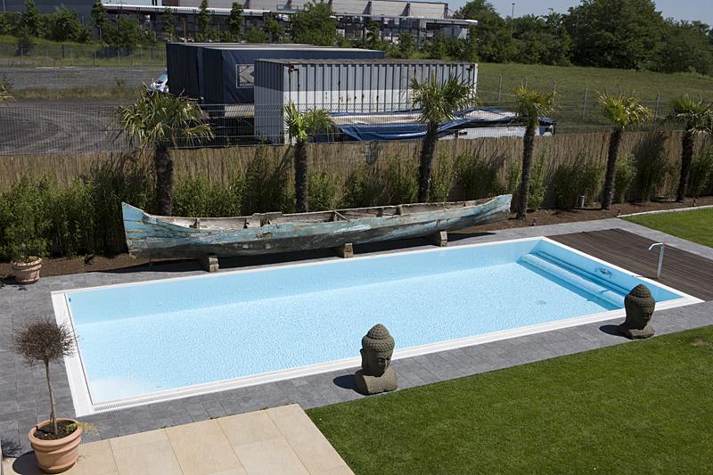 Pool mit Palmen und altem Schiff