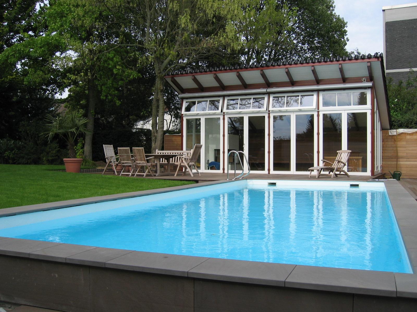 Pool vor einem Wintergarten in Düsseldorf