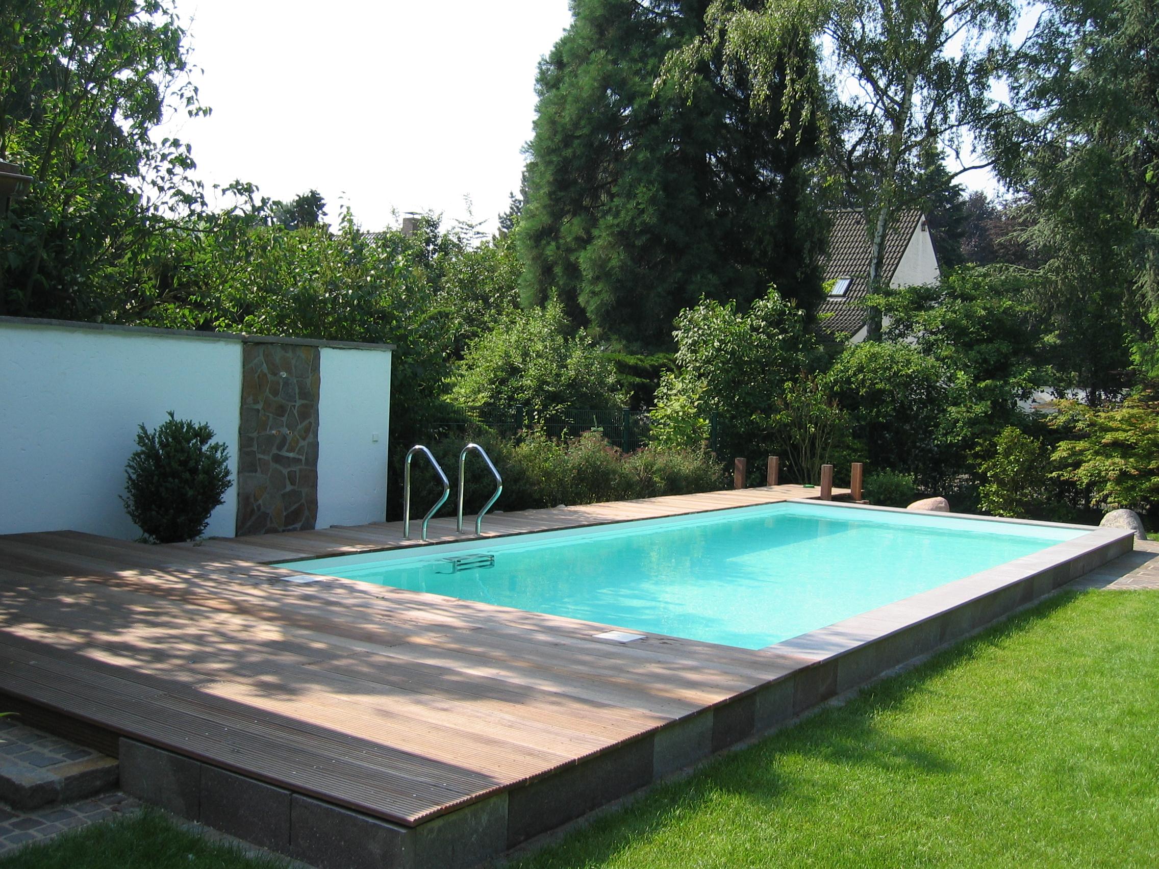 Schwimmbad im Garten mit Steg