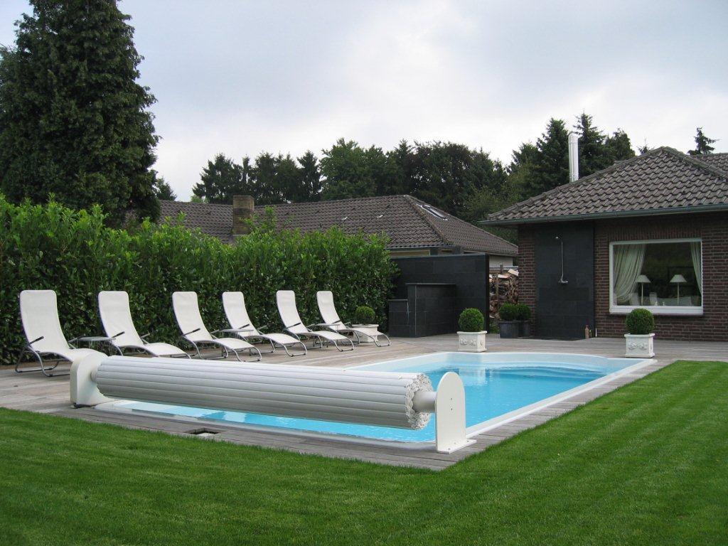 Pool mit aufgerollter Abdeckung in Essen