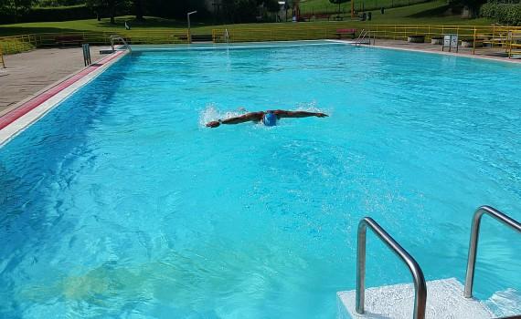 Schwimmer im Freibad