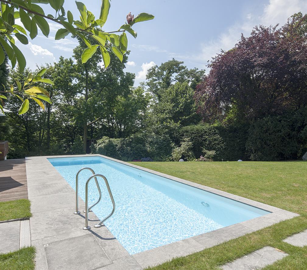 Pool neben einer Wiese in Meerbusch