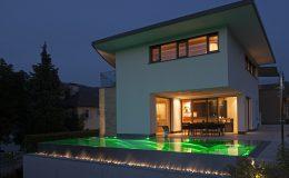 Haus mit beleuchtetem Pool