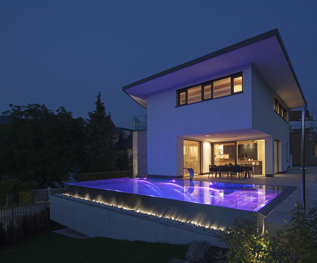 Beleuchteter Pool bei Nacht in Essen