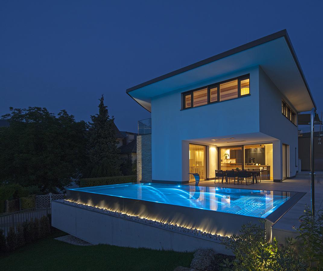 Pool vor einem Haus in Düsseldorf mit Beleuchtung
