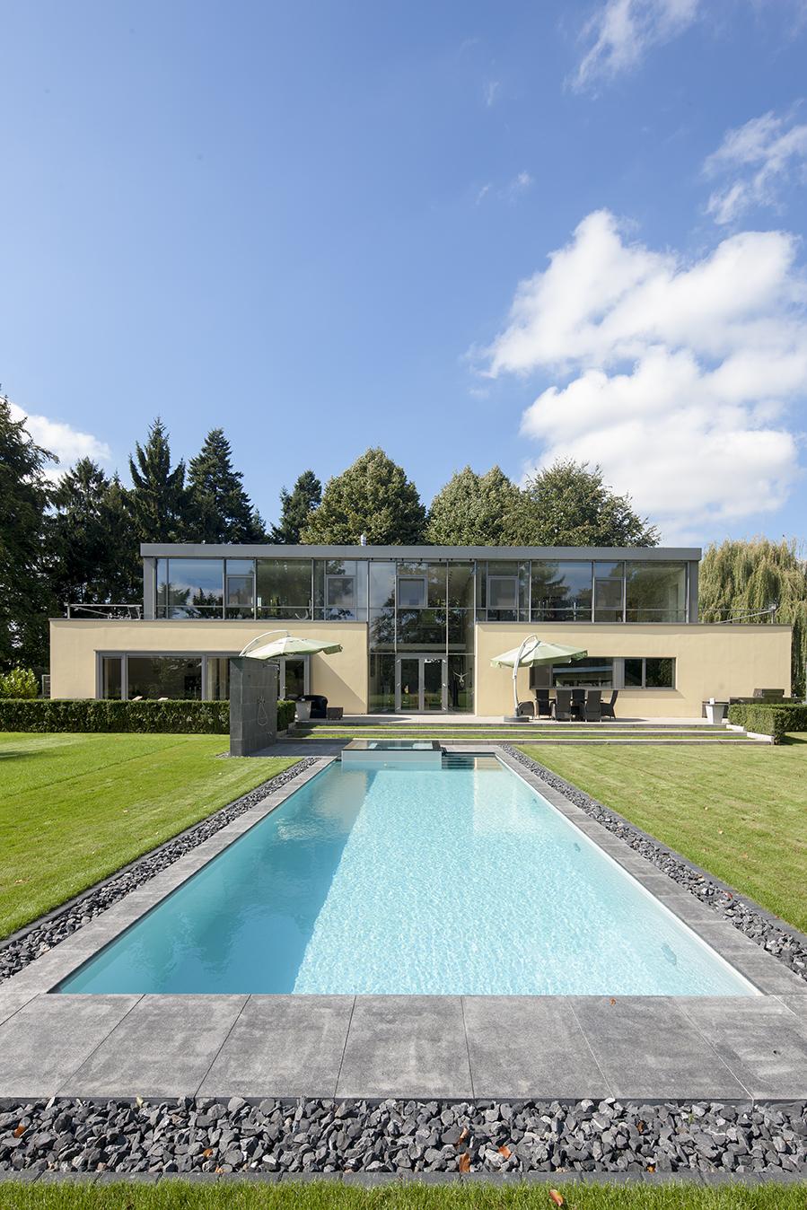 Pool im Garten einer Villa in Mühlheim