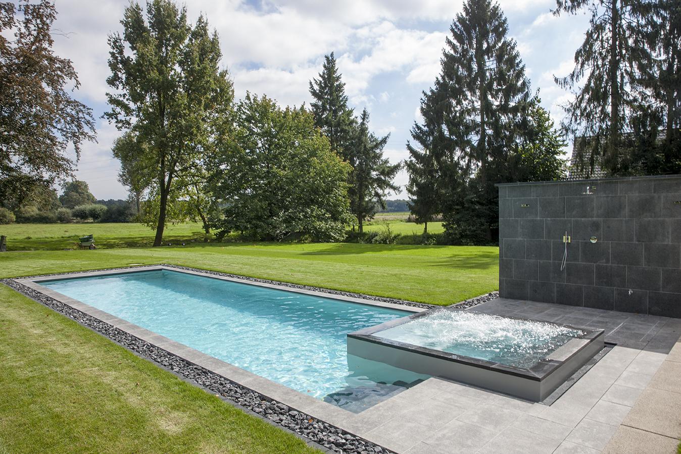 Pool im Freien mit Whirlpool und Dusche in Düsseldorf