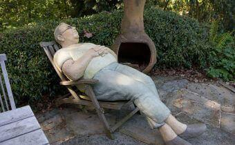 Mann entspannt auf Liegestuhl