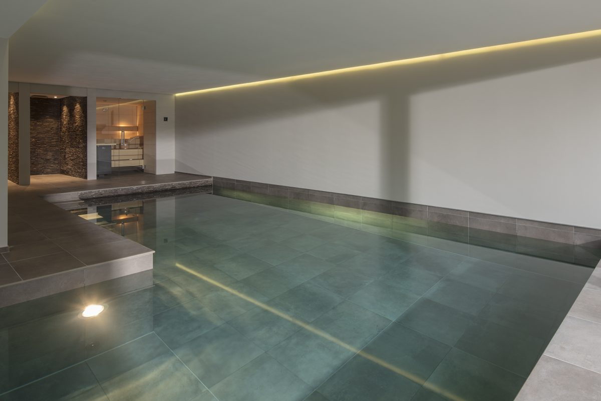 Hallenbad Becken mit grauen Fliesen in Meerbusch