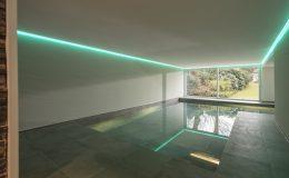 Hallenbad mit Neonbeleuchtung in Essen